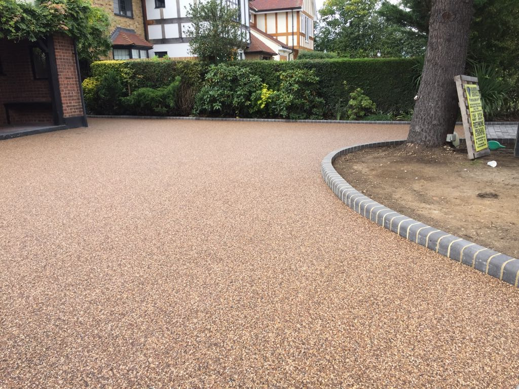 Curved Resin Driveway by Diamond Services